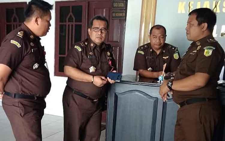 Plh Kepala Kejaksaan Negeri Pulang Pisau, Eman Sulaeman bersama para Kasi di Kejari Pulang Pisau