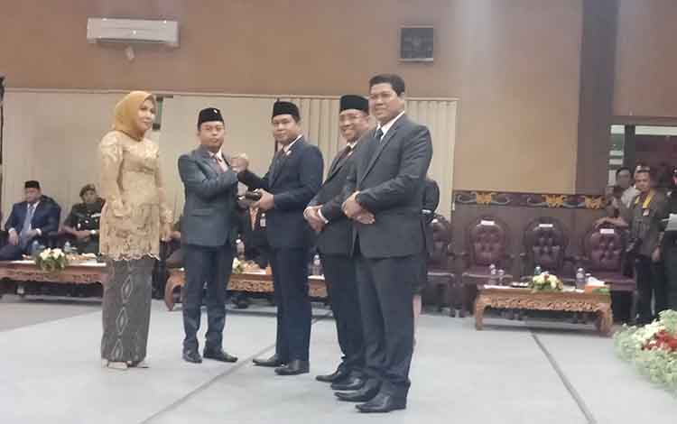 Pimpinan DPRD Kotim Sementara Rimbun dan Hj Darmawati menerima palu dan memori tugas dari pimpinan sebelumnya.