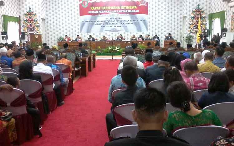 Bupati Sakariyas dan Wakil Bupati Sunardi Litang menghadiri pelantikan anggota DPRD Katingan, Rabu, 14 Agustus 2019.