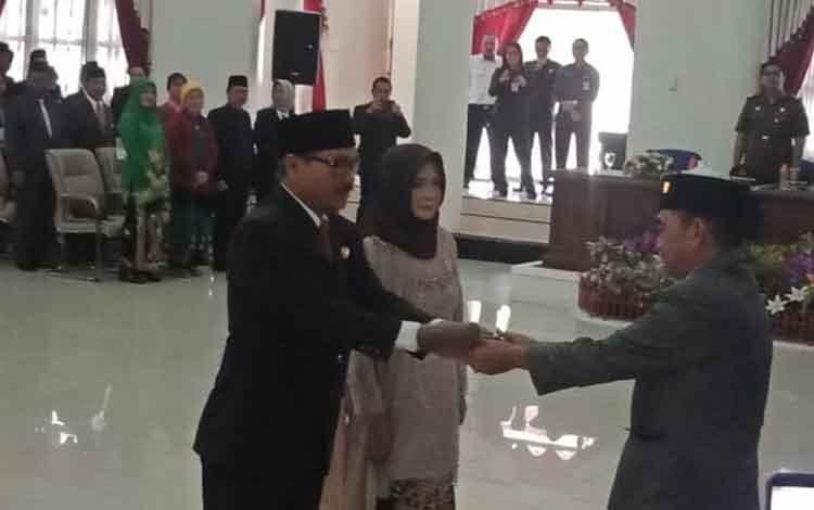 Mantan Ketua DPRD Barsel, Tamarzam menyerahkan palu kepada Ketua DPRD Sementara Farid Yusran