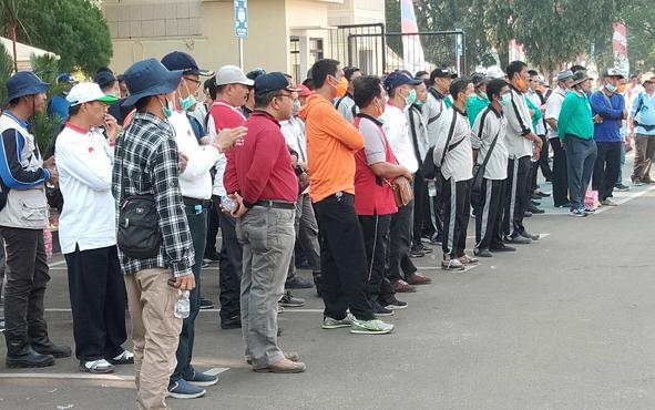 Ratusan ASN lingkungan Pemerintah Provinsi dan Kejaksaan Tinggi Kalteng bersiap terjun ke lapangan untuk memadamkan kebakaran lahan, Rabu, 14 Agustus 2019.