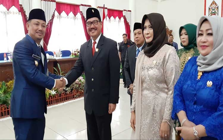 Bupati Barsel, Eddy Raya Samsuri menyalami ketua DPRD sementara Farid Yusran