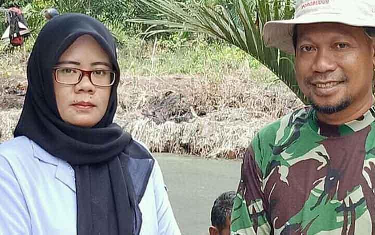 Anggota DPRD Seruyan Arahman bersama petugas dari Dinas Kelautan dan Perikanan Seruyan saat mengecek ikan tambak yang mati mendadak, beberapa hari lalu.