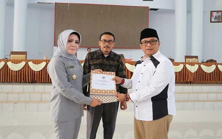 Wakil Bupati Seruyan, Iswanti menandatangan penyerahan laporan hasil pembahasan KUPA-PPAS perubahan
