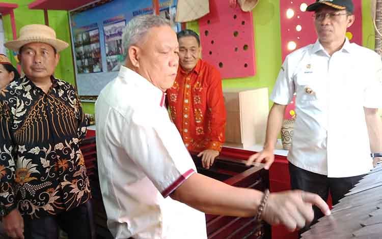 Ketua DPRD Murung Raya, Gad F Silam saat mengunjungi salah satu stan di Mura Expo 2019, Rabu, 14 Agustus 2019