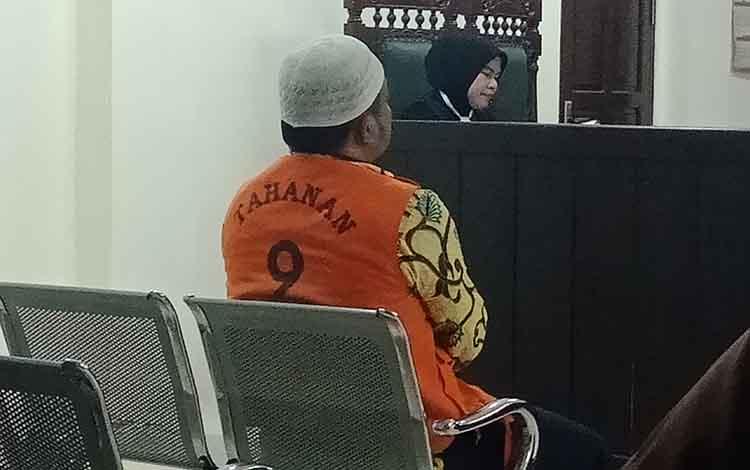 MR alias AM terdakwa kasus pencurian saat di Pengadilan Negeri Sampit.