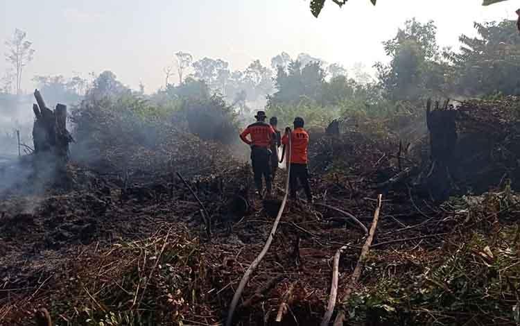 Proses pemadaman kebakaran lahan di KM 40 Desa Bahitom, Rabu 14 Agustus 2019.