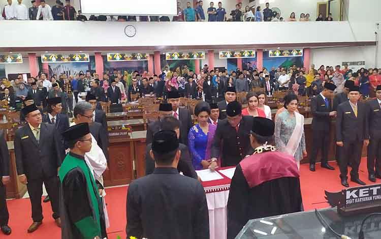 Penandatanganan secara simbolis surat sumpah/janji jabatan anggota DPRD Kota Palangka Raya.