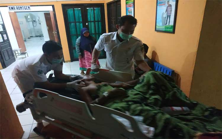 Korban pembacokan, Darmianto saat di bawa ke ruang operasi RSUD Muara Teweh, Rabu malam 14 Agustus 2019