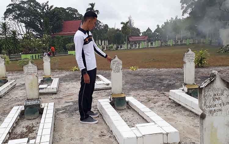 Lurah Raja Rangga Lesmana menunjukkan makam pahlawan Tarmili di Taman Makam Pahlawan Indra Pura, Jl Iskandar, Pangkalan Bun, Rabu, 14 Agustus 2019.