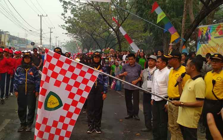 Wali Kota Fairid Naparin saat mengibarkan bendera pelepasan peserta Lomba Gerak Jalan Juang