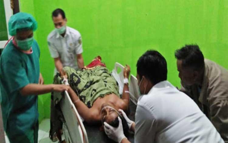 Darmianto saat ditangani petugas medis RSUD Muara Teweh