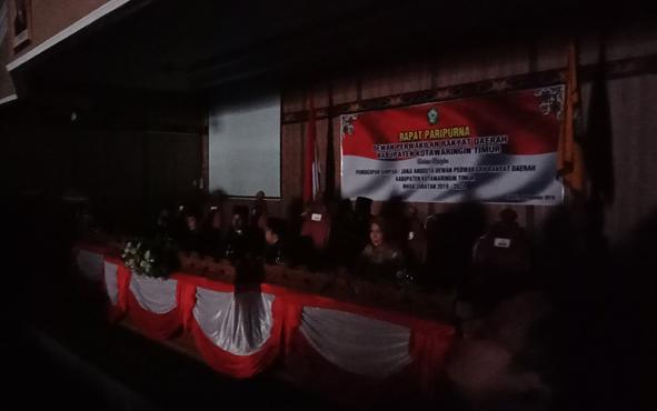 Suasana ruang pelantikan anggota DPRD Kotim saat listrik padam, Rabu, 4 Agustus 2019.
