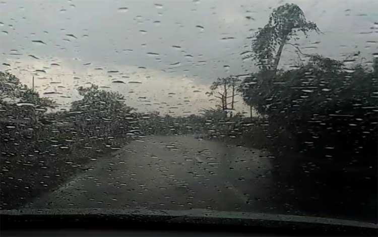Hujan yang terjadi di Jalan Tjilik Riwut, Kecamatan Kota Besi, Rabu, 14 Agustus 2019