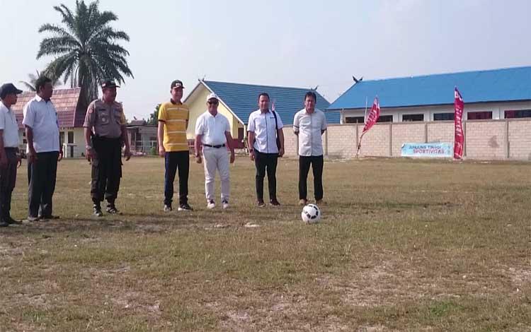 Bupati Gunung Mas, Jaya S Monong bersiap melakukan kick off pembukaan Liga Desa Nusantara 2019