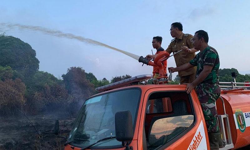 Wakil Bupati Katingan, Sunardi Litang memadamkan kebakaran di Talian Kereng, Selasa, 13 Agustus 2019