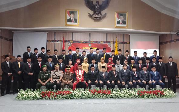 Anggota DPRD Kotim periode 2019-2024 foto bersama seusai prosesi pelantikan, Rabu, 14 Agustus 2019.