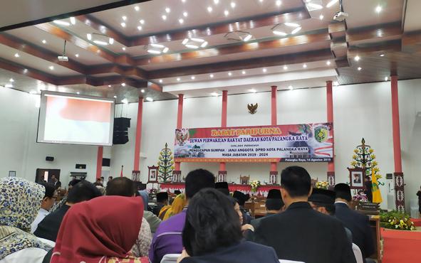 Suasana di ruang DPRD Kota Palangka Raya sebelum prosesi pelantikan anggota DPRD kota terpilih masa jabatan 2019-2024, Rabu, 14 Agustus 2019.