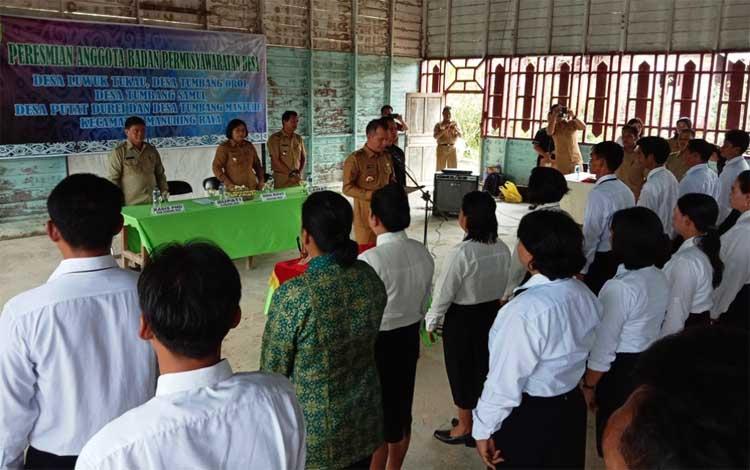 Bupati Gunung Mas, Jaya S Monong saat meresmikan keanggotaan 25 orang BPD se-Kecamatan Manuhing Raya