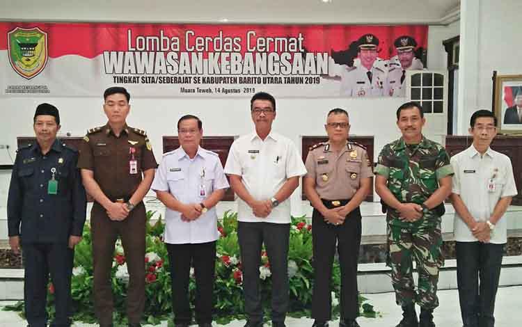 Wakil Bupati Barito Utara, Sugianto Panala Putra foto bersama unsur FKPD seusai  pembukaan lomba cerdas cermat tingkat SLTA