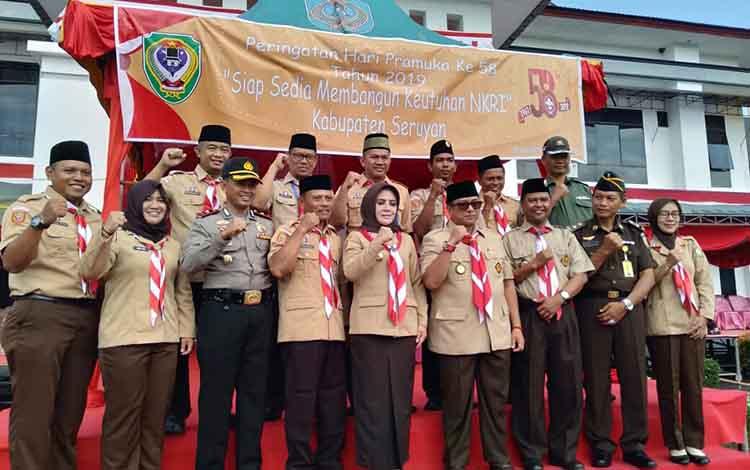 Wakil Bupati Seruyan Hj Iswanti bersama sejumlah pejabat menghadiri peringatan Hari Pramuka ke 58 di halaman Kantor Bupati Seruyan, Rabu 14 Agustus 2019.