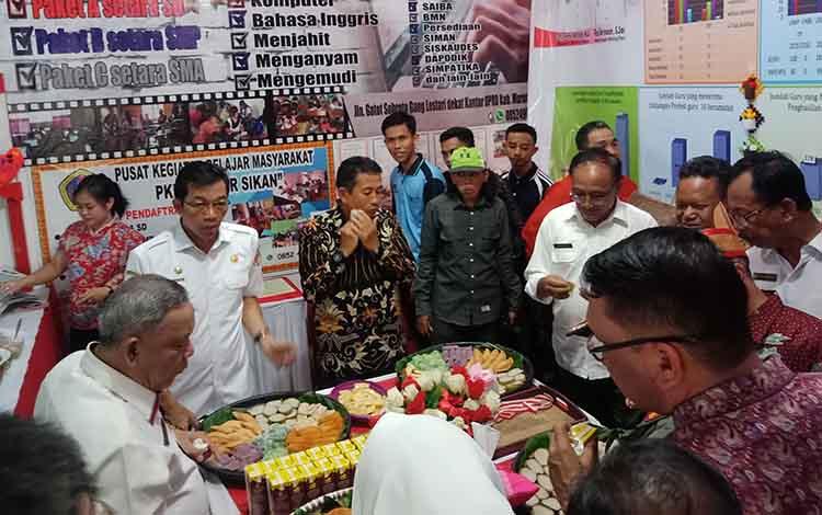 Bupati Murung Raya meninjau stan Dinas Pendidikan, Rabu, 14 Agustus 2019.