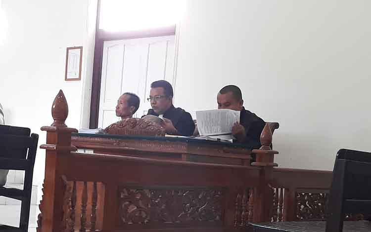 Terdakwa MPJ (paling kiri) didampingi penasihat hukum dalam persidangan
