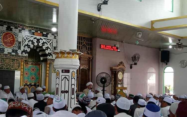 Guru Munawwar saat menyampaikan ceramah agama pada haul akbar Muassis Pondok Pesantren Darul Amin Sampit KH Muhammad Abrar Dahlan, Rabu 14 Agustus 2019.
