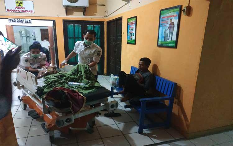 Darmianto saat ditangani petugas medis di RSUD Muara Teweh, Rabu 14 Agustus 2019