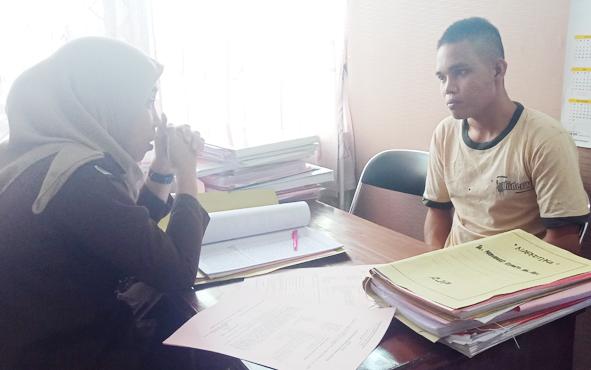 RH (kanan), tersangka kasus narkoba yang sempat berupaya kabur dari sel tahanan Polres Kotim, saat diintrogasi jaksa, Rabu, 14 Agustus 2019.