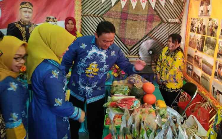 Bupati Pulang Pisau, Edy Pratowo bersama isteri saat mengunjungi salah satu stan pameran.