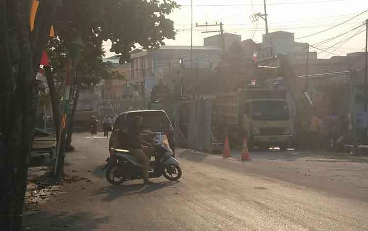 Alat berat pengerjaan drainase yang dianggap membuat arus lalu lintas tidak lancar di Jalan MT Haryono Timur.