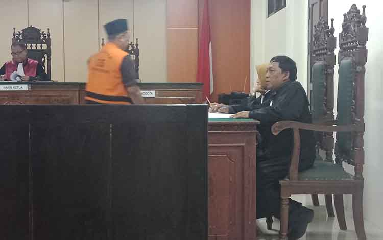 Sidang sabu terdakaa Kt (pakai rompi)  Sipir Lapas Sampit di Pengadilan Negeri Sampit.