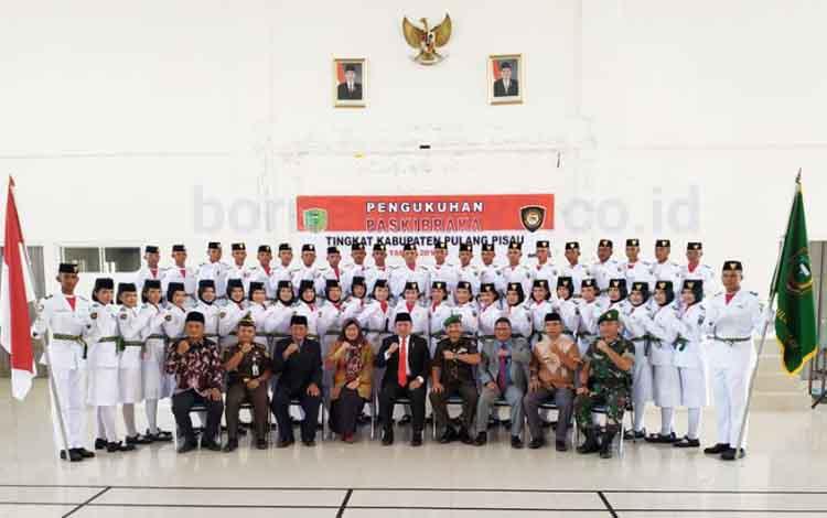 Bupati Pulang Pisau Edy Pratowo dan sejumlah pejabat saat foto bersama dengan Paskibra Kabupaten Pulang Pisau Tahun 2019.