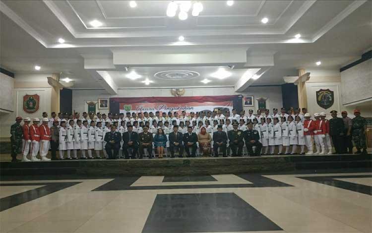 Bupati Bartim Ampera Ay Mebas foto bersama pimpinan FKPD , SKPD dan anggota Paskibraka