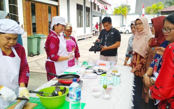 Kepala BPMP2KB Kota Palangka Raya Tiur Simatupang saat memantau jalannya lomba masak serba ikan, Kamis, 15 Agustus 2019.