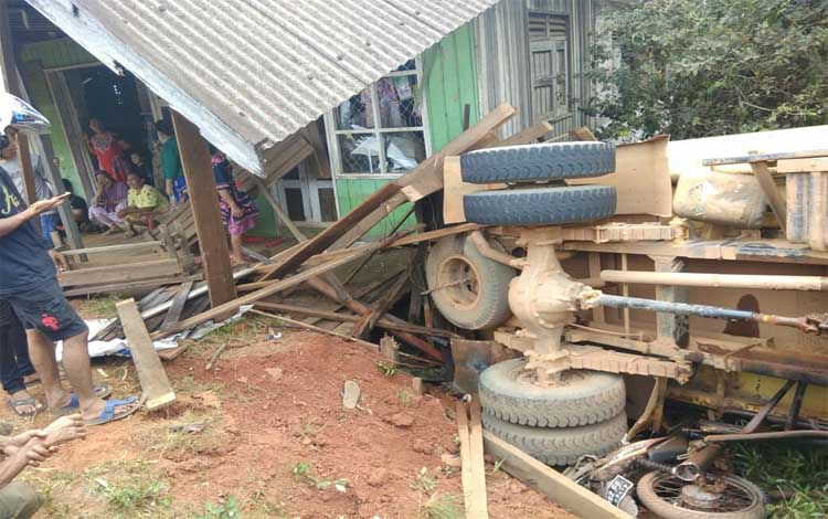 Kondisi rumah yang tertabrak truk saat menghindari kecelakaan, Kamis, 15 Agustus 2019