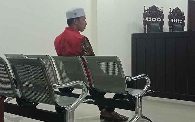 RS alias Riz terdakwa kasus narkotika jenis sabu saat sidang di Pengadilan Negeri Sampit, Jumat, 16 Agustus 2019.