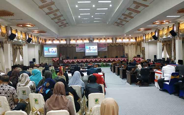kegiatan sidang paripurna mendengarkan pidato kenegaraan Presiden Republik Indonesia dalam rangka hari ulang tahun ke 74 kemerdekaan Republik Indonesia pada sidang bersama MPR, DPR RI dan DPD RI, Jumat 16 Agustus 2019 di gedung DPRD Barito Utara.