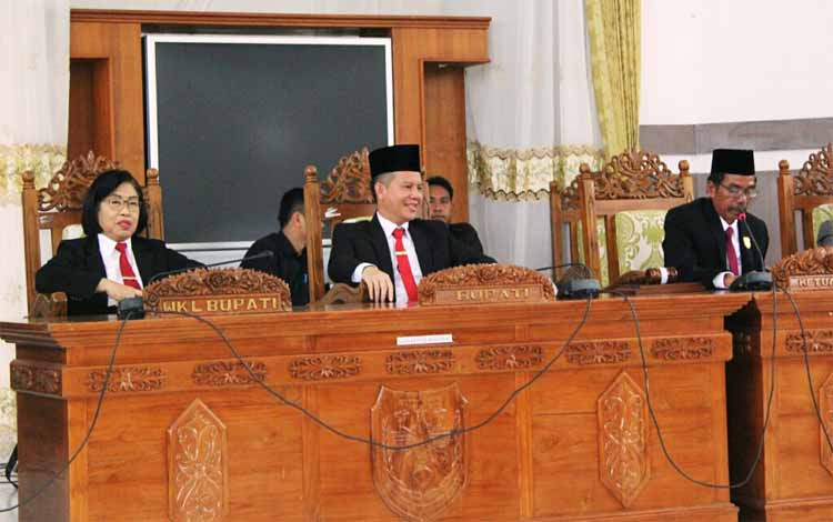 Bupati Gunung Mas Jaya S Monong dan wakilnya saat mendengarkan pidato kenagaraan presiden