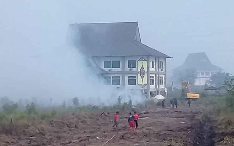 Api merambat mendekati kompleks perkantoran Kota Palangka Raya, Jalan Ir Soekarno, Jumat, 16 Agustus 2019.