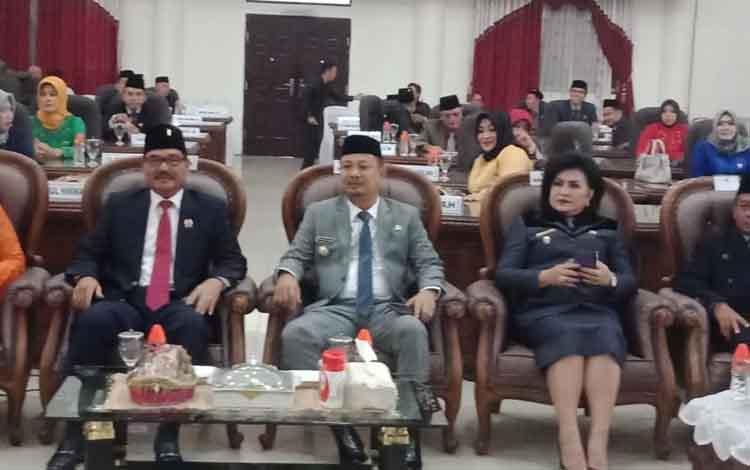 Bupati, wakil Bupati dan ketua sementara DPRD Barito Selatan bersama Pj Sekda