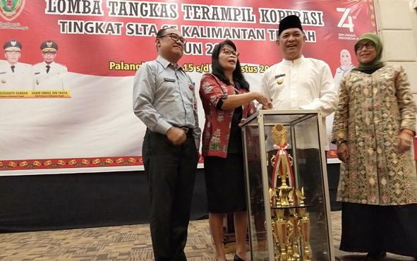 Pembukaan Lomba Tangkas Terampil Koperasi tingkat SMA se-Kalimantan Tengah yang ditandai dengan penyerahan piala bergilir, Jumat, 16 Agustus 2019.