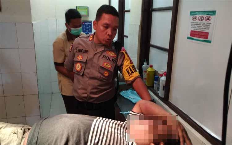 Kapolres Palangka Raya saat menginterogasi Suliono di ruang UGD RS Bhayangkara
