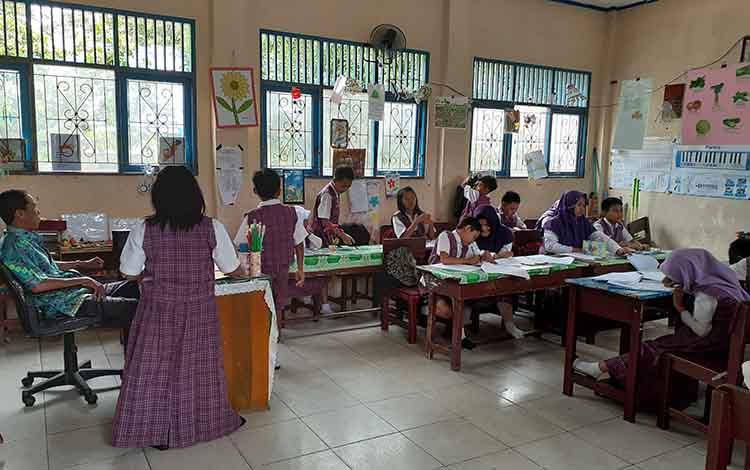 Aktivitas belajar mengajar disekolah SDN Mendawai 2 Sukamara.