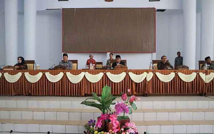 Rapat Paripurna DPRD Seruyan terkait penyampaian laporan hasil pembahasan APBD Perubahan 2019.
