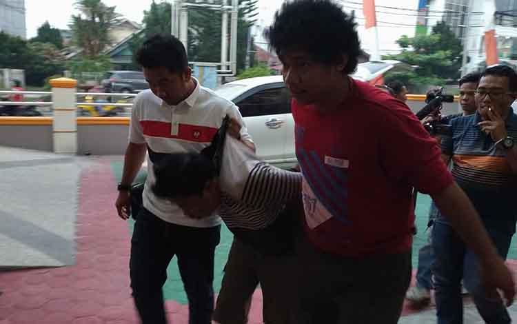 Sul saat akan dibawa ke ruang UGD RS Bhayangkara Palangka Raya.