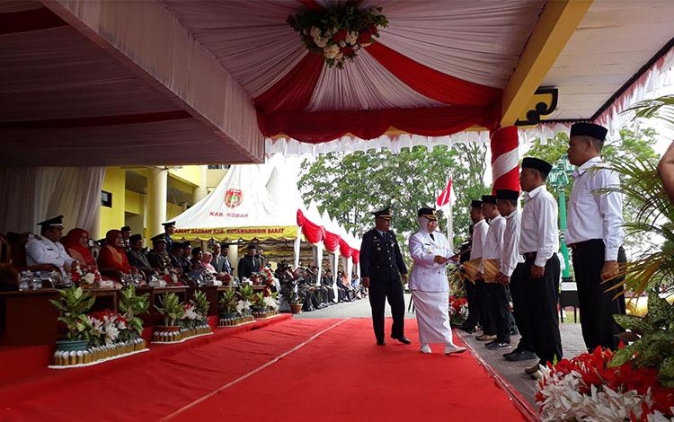 Lima orang napi menerima SK remisi HUT Kemerdekaan RI dari Bupati Kotawaringin Barat Hj Nurhidayah,