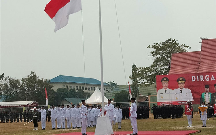 Bendera Merah Putih dikibarkan pada upacara Kemerdekaan RI, di Lapangan Sanaman Mantikai