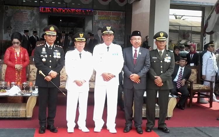 Bupati Sakariyas dan Wakil Bupati Sunardi Litang usai upacara HUT Kemerdekaan RI